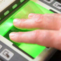 Сбербанк к концу года планирует подключить 150 школ к системе биометрических платежей