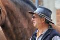В знак протеста против повышения цен на бензин камчатский депутат прискакал на заседание на коне